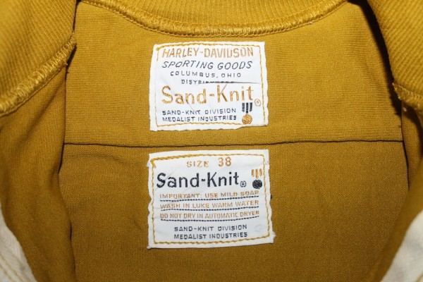Sand-knit tag