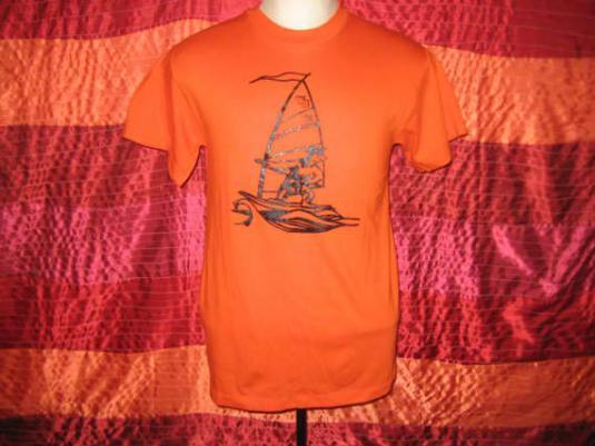 84 windsurfing bear in a graduation cap t-shirt, M L